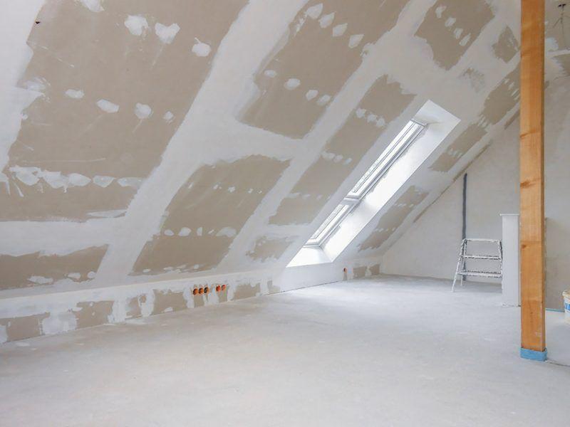 Trockenbau auf dem Dachboden mit Schrägfenster