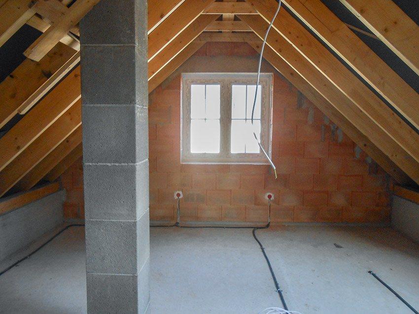 Gipsputz auf dem Dachboden vorher Fenster