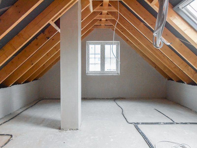 Gipsputz auf dem Dachboden nacher mit Fenster